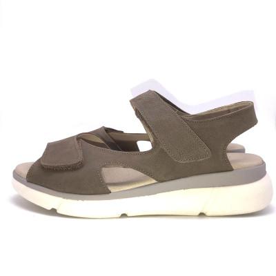 Sandalia cómoda ajustable...